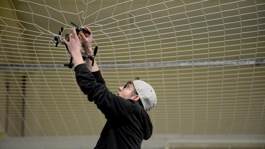 FOTO: Hans-Joachim Winckler DATUM: 13.2.2016..MOTIV: Drohnenwettflug in Fürth - 2. RC-Race im INDOOR Sport Fürth.. ..Fingersport gepaart mit technischem Sachverstand - so könnte eine Kurzbeschreibung für einen Flugwettbewerb der besonderen Art am kommenden Wochenende in der Fürther Südstadt lauten... ..Indoor Sport Fürth gelang es, den Veranstalter des letztjährigen Indoor-Quadrokopter-Rennens , Stefan Merbach von der Flugtauglichkeit der Halle zu überzeugen... ..Am Samstag, 13.02, ca. 13 Uhr, wird es für 20 gemeldete Piloten ernst... ..Die sogenannten FPV-Multikopter haben einen anspruchsvollen Parcours auf Zeit zu bewältigen, die dabei bis zu 100 km/h schnellen Fluggeräte werden mittels Fernsteuerung gelenkt. FVP steht für First Person View , also steuern aus Sicht des Fluggeräts... ..Möglich macht das eine Onboard-Kamera im Copter, die in Echtzeit das Bild auf eine Videobrille funkt. Diese Brille hat der Pilot auf. Dadurch entsteht für ihn das Gefühl, als würde er in seinem Modell sitzen und mitfliegen... ..Geflogen wird der Parcours immer von 4 Piloten gleichzeitig, die langsamsten scheiden aus.