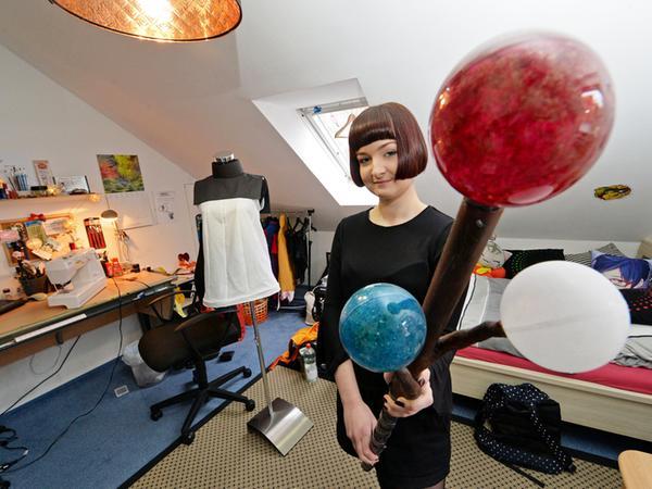 DATUM: 28.01.2016..RESSORT: Online - NUR FÜR SAMSON!!! ..FOTO: Horst Linke  ..MOTIV: Cosplayerin Marie Langer in ihrem Zimmer, das gleichzeitig ihre  Werkstatt ist.........NUR FÜR SAMSON!!!!!..