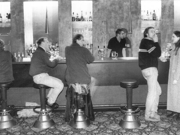 An der langen Theke trank man gepflegt einen Prosecco oder Cocktail.