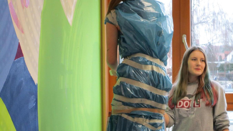 Einer der Workshops zur Berufsorientierung an der Liebfrauenhaus-Mittelschule befasste sich mit dem Maler-Handwerk.