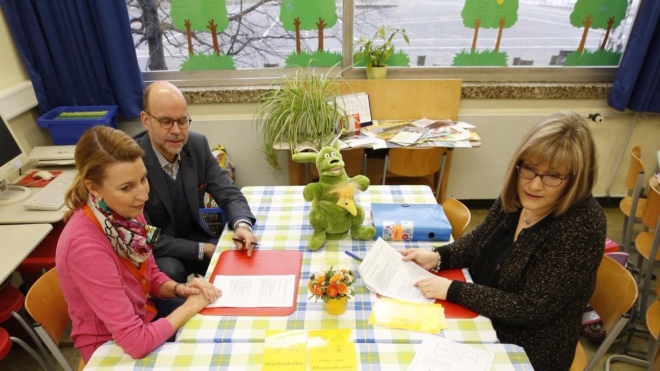 Lehrerin Heike Binder (rechts) spricht mit dem achtjährigen Felix in Anwesenheit seiner Eltern, wie das Halbjahr schulisch gelaufen ist.