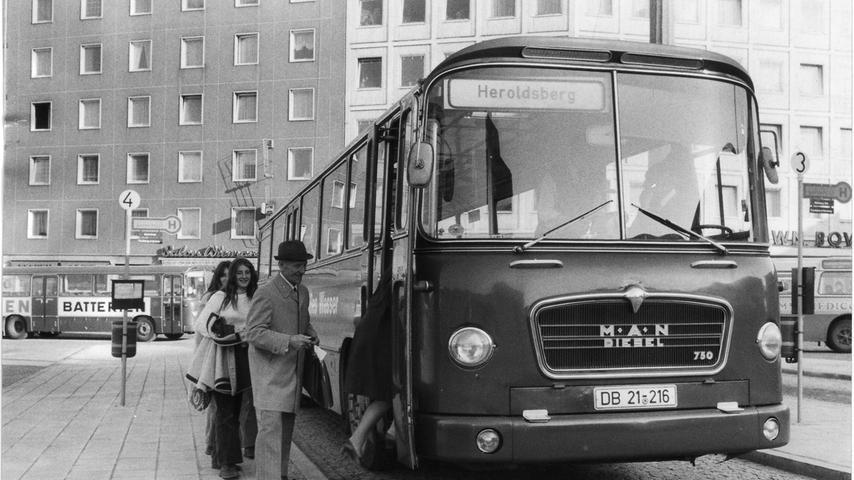 Erinnern Sie sich noch an den alten ZOB? Lang ist's her, dass dieser MAN-Omnibus von dort nach Heroldsberg abfuhr. Mehr Bilder vom alten ZOB, der als Fehlkonstruktion galt, finden Sie hier.