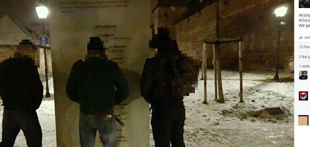 Die drei Männer pinkeln auf dem Foto auf die Gedenktafel für die NSU-Opfer am Kartäusertor.