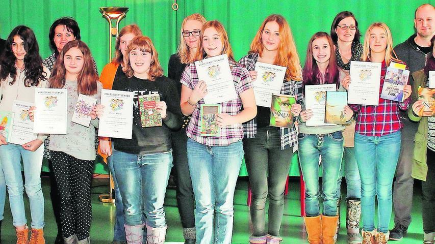 Jasmin Köstler von der Staatlichen Realschule Zirndorf setzte sich beim Kreisentscheid des Vorlesewettbewerbs der Realschulen durch, der im Februar 2016 an der Abenberger Mädchenrealschule Marienburg über die Bühne ging. Unser Bild zeigt die Teilnehmerinnen mit den Jurymitgliedern.