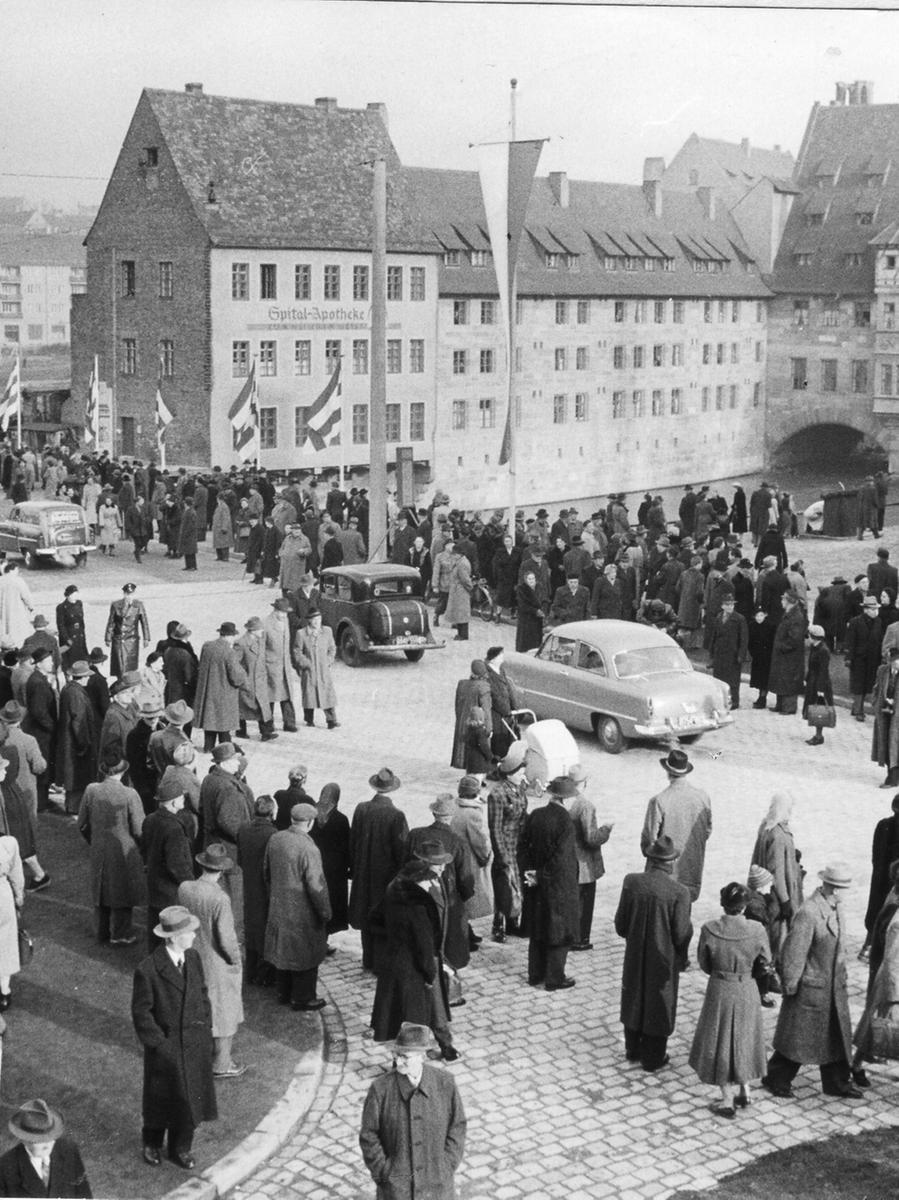 Motiv: Gestern wurde die neuerrichtete Museumsbrücke nach neunmonatiger Bauzeit  feierlich dem Verkehr übergeben. NN v. 26.11.1954, Foto: Gerardi