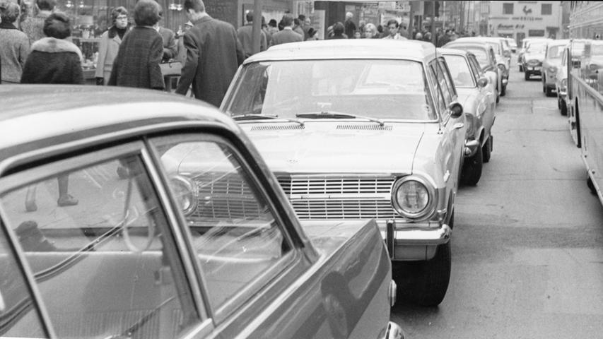 Auch hier reihte sich Auto an Auto: Zwar war Ende Januar 1966 kein Feiertag, aber der Winterschlussverkauf hatte begonnen. Zahlreiche Besucher strömten in die Nürnberger Innenstadt, um nach Schnäppchen Ausschau zu halten.