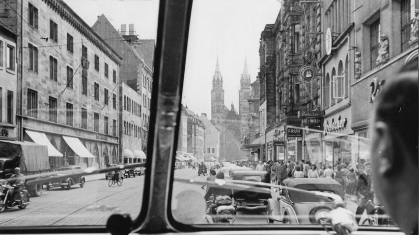 In der Nürnberger Altstadt waren nicht nur zahlose Fußgänger, sondern auch Autos, Straßenbahnen und Mopeds unterwegs.