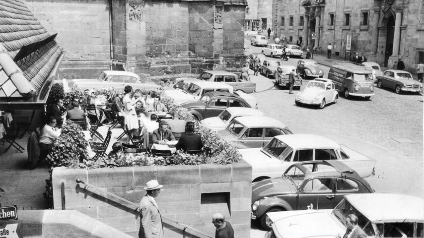 1963 wurde das Bratwursthäusle noch von parkenden Autos belagert. Heute ist die Straße am Rathausplatz nicht mehr für den Verkehr freigegeben.