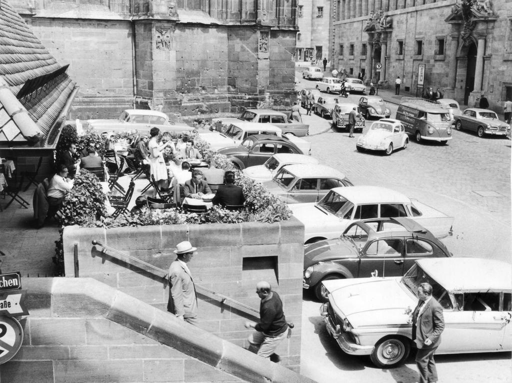 FOTO: NN / Gertrud Gerardi, veröff. am 13.7.1963. Historisch; 1960er.....MOTIV:  Gaststätte Bratwursthäusle in Nürnberg. Tourismus; Touristen; Verkehr; PKW;  Altstadt; Parken. Außenansicht; Blick auf den Biergarten im Freien...KONTEXT: