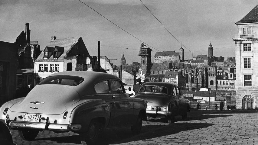 Auch in der Nachkriegszeit waren einige Autos in Nürnbergs Innenstadt unterwegs. Die in der Königstraße parkenden Wagen waren von Ruinen umgeben und standen in Sichtweite zum Hauptmarkt sowie der Sebalduskirche.