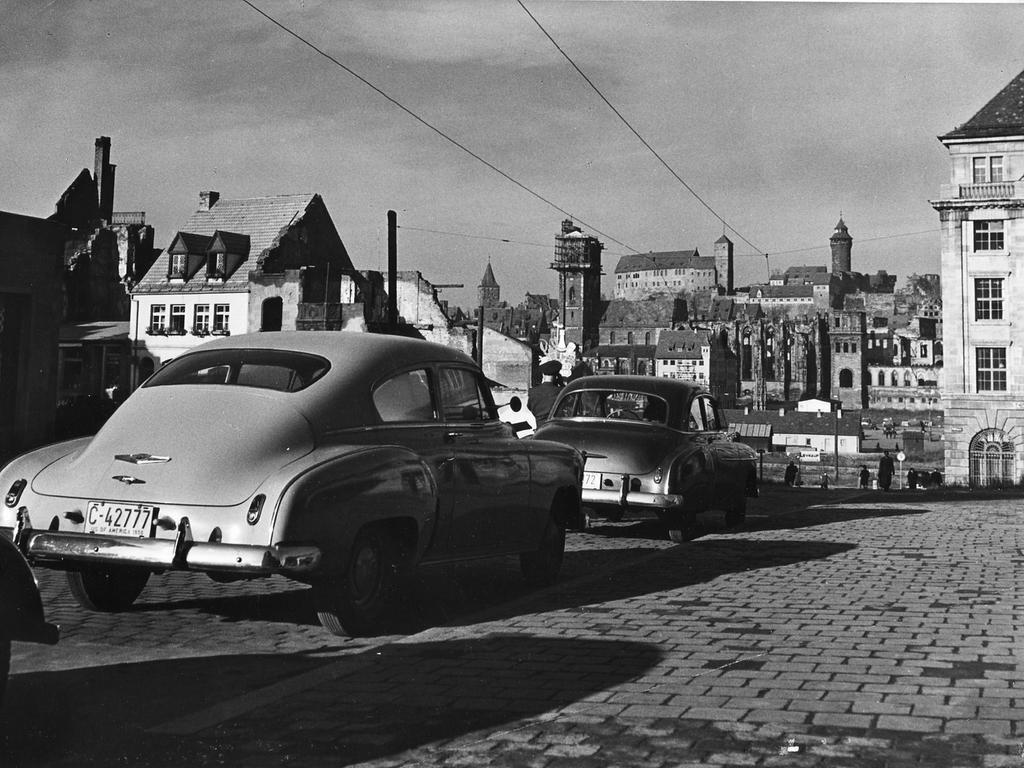 FOTO: NN - Archiv; Keine weiteren Angaben. um 1948 (?); vierziger Jahr. MOTIV:  Straßenszene, Königstraße Nürnberg - Verkehr: Auto, Ruinen; Blick zum  Hauptmarkt und Sebalduskirche