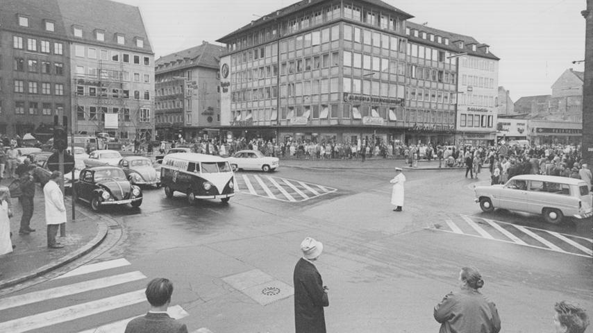 Zum Beginn des Mauerbaus im August 1961 stoppte das Gewühl und Gehaste der pulsierenden Innenstadt für zwei Minuten. Die Nürnberger verharrten am damals stark befahrenen Lorenzer Platz schweigend im Gedenken an Berlin.