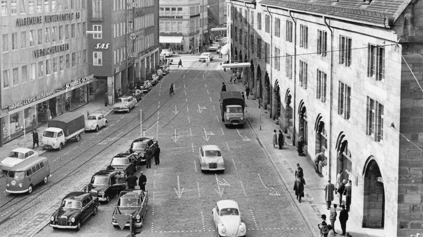 So sah die Straßenführung 1966 an der Einmündung des Hallplatzes in die Königstraße aus.