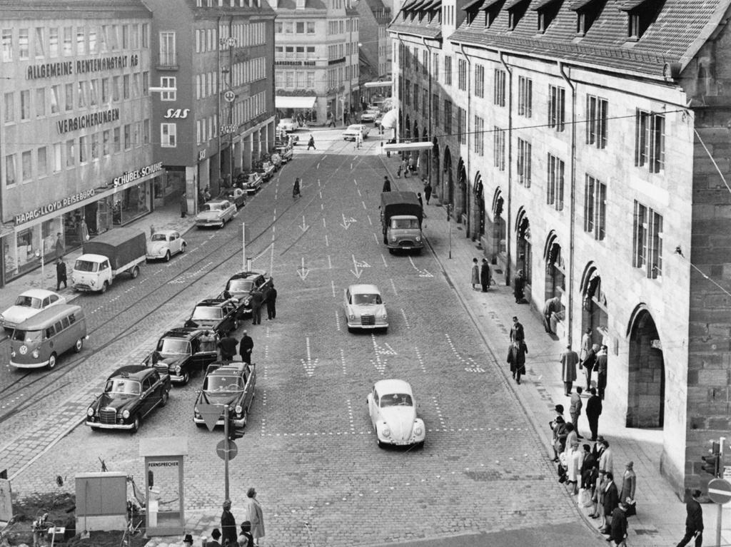 FOTO: NN / Hans Kammler, historisch; 1960er; veröff. NN 21.10.1966..MOTIV:  Verkehr; Autos, PKW; Mauthalle, Hallplatz.....KONTEXT: