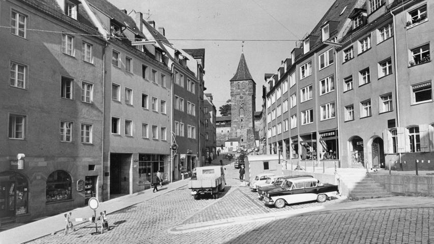 Mit Verkehrsbehinderungen musste man auch schon im Jahr 1965 rechnen. Bei Umbauten wurde die Bergstraße mit Stützmauern versehen.