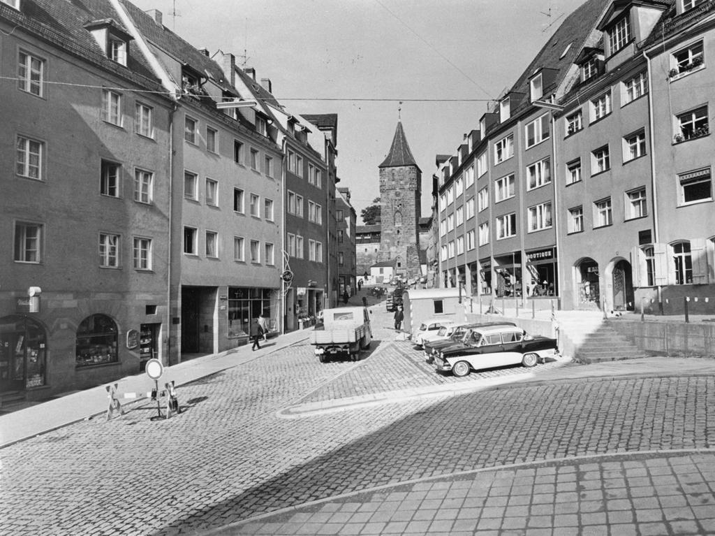 FOTO: NN / Gertrud Gerardi, historisch; 1960er; veröff. NN 02.10.1965..MOTIV:  Verkehr; Straßenbau; Bergstraße, Sebalder Altstadt, Tiergärtnertor.....KONTEXT: