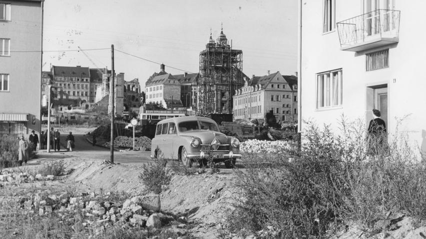 Abseits der großen Verkehrstrassen waren die Straßen von Nürnbergs Altstadt im Jahr 1955 noch recht verwahrlost. In der Wunderburggasse fuhr man durch Sand und über Steine.