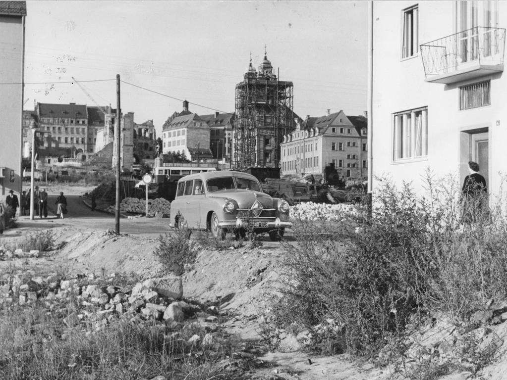 FOTO: NN / Eckhard Mandelsloh , historisch; 1950er; veröff. NN  20.09.1955..MOTIV: Nürnberg, Wunderburggasse (?, evtl. Heugässchen,ev.  Egidienkirche), Altstadt, Wiederaufbau, Wohnsiedlung,, Asphalt-Decken, Asphalt,  Teerdecke, verwahrloste Straße, Brache, brachliegende Straße, Auto,  Trümmerjahre, Baulücke, Bauplatz, Nachverdichtung..KONTEXT: