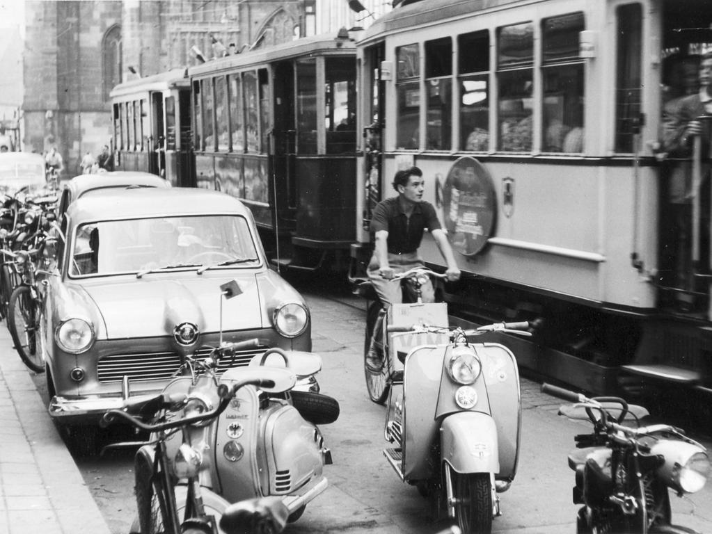 FOTO: NN / evtl. Friedl Ulrich; veröff. am 7.9.1954. MOTIV: Straßenszene,  Königstraße Nürnberg - Verkehr: Auto, Straßenbahn; Fahrrad; Motorroller / Vespa