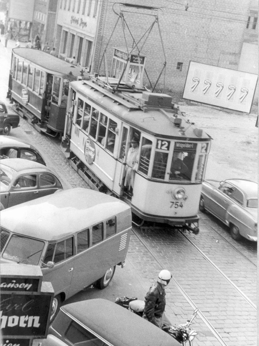 FOTO: Gerardi, Veröffentlicht in den NN 29.9.1956. MOTIV: Nürnberg;  Geschichte;; historisch; Fünfziger Jahre; Verkehr; Straßenbahn in der Altstadt;  Innenstadt.