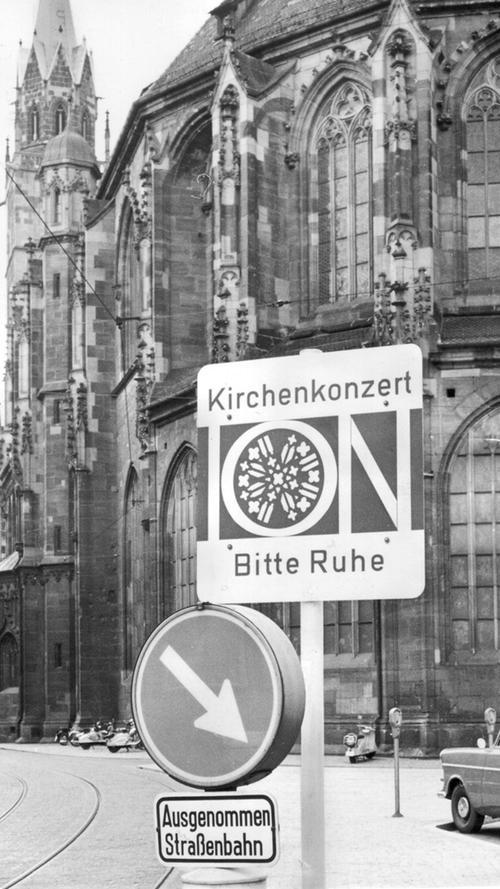Kurios ist dieses Verkehrsschild aus dem Jahr 1962. Es machte darauf aufmerksam, dass in den Tagen der Internationalen Orgelwoche besonders ruhig an dem Gotteshaus vorübergefahren werden sollte, damit die Konzerte nicht gestört wurden.