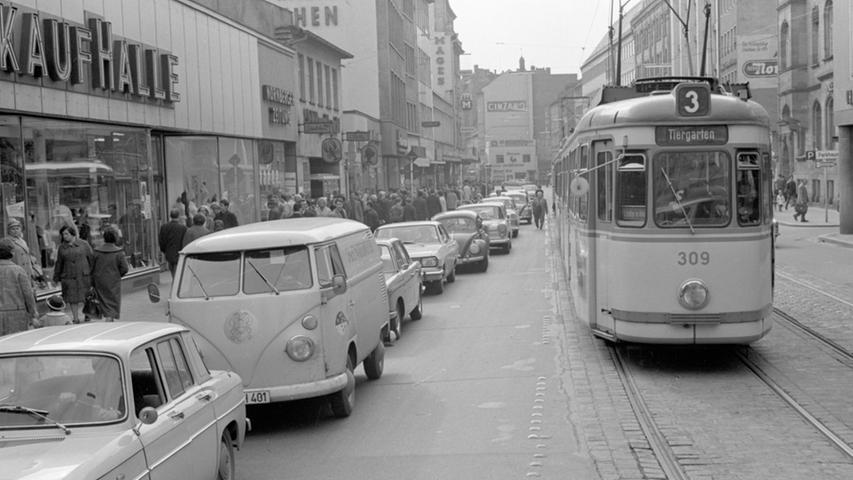 Geregelter ging es an anderen Tagen zu. In der Karolinenstraße tanzte kein Wagen aus der Reihe, sodass die Straßenbahn ungehindert zur Haltestelle an der Lorenzkirche gelangen konnte. Die Nägel auf der Fahrbahn wurden als Grenzlinie zwischen den Wegen für Auto und Straßenbahn respektiert.