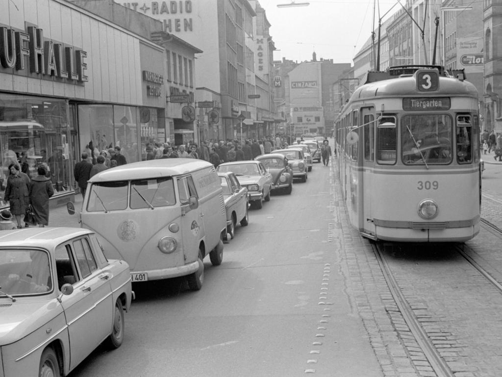 FOTO: NN / keine Angaben (aber Negative vorhanden); veröff. am 30.04.1966;  historisch; 1960er...MOTIV: Nürnberg, Verkehr; Straßenbahn; PKW. Vorrang für  die Schiene; VAG; Konkurrenz...KONTEXT: