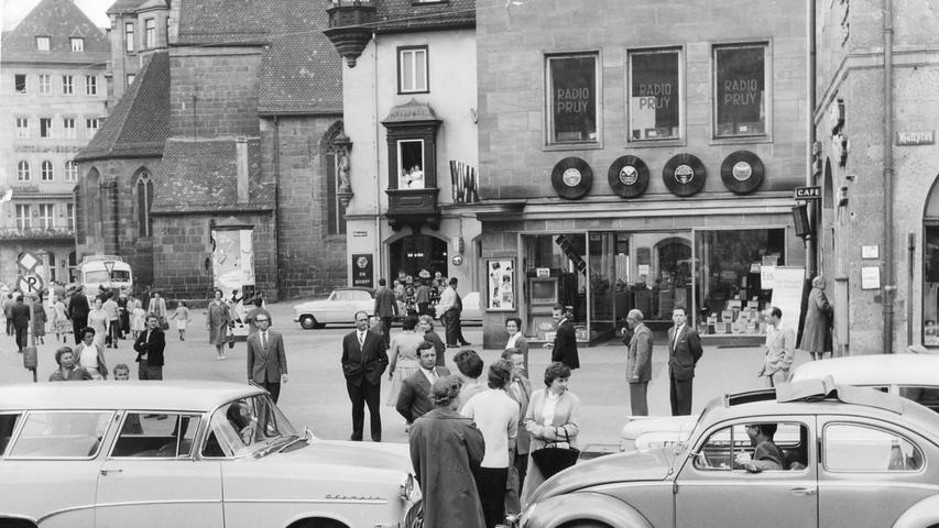 Am Hallplatz herrschte im Juni 1958 buntes Treiben. Passanten schlängelten sich unbeeindruckt an parkenden und fahrenden Autos vorbei.