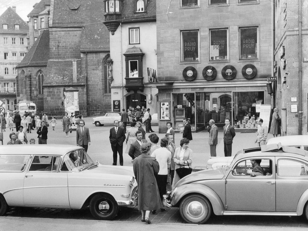 FOTO: NN / Gertrud Gerardi, veröff. am 14.6.1958. MOTIV: Straßenszene,  Königstraße / Hallplatz Nürnberg - Verkehr: Auto, Radio Pruy, Chörlein