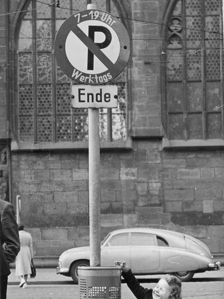 FOTO: NN / Mandelsloh veröff. am 3.6.1954 MOTIV: Papierkorb in Nürnberg an der  Lorenzkirche; Verkehr; Parken; Auto in der Innenstadt.
