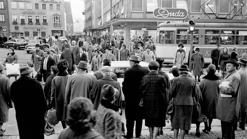 Sicher war es für Großstadt-Fußgänger um 1963 in Nürnberg nicht gerade. Autos und Straßenbahnen zogen am Knotenpunkt vor der Lorenzkirche in langen Ketten an ihnen vorüber. Zum Gang über die Straße blieb kaum Zeit.