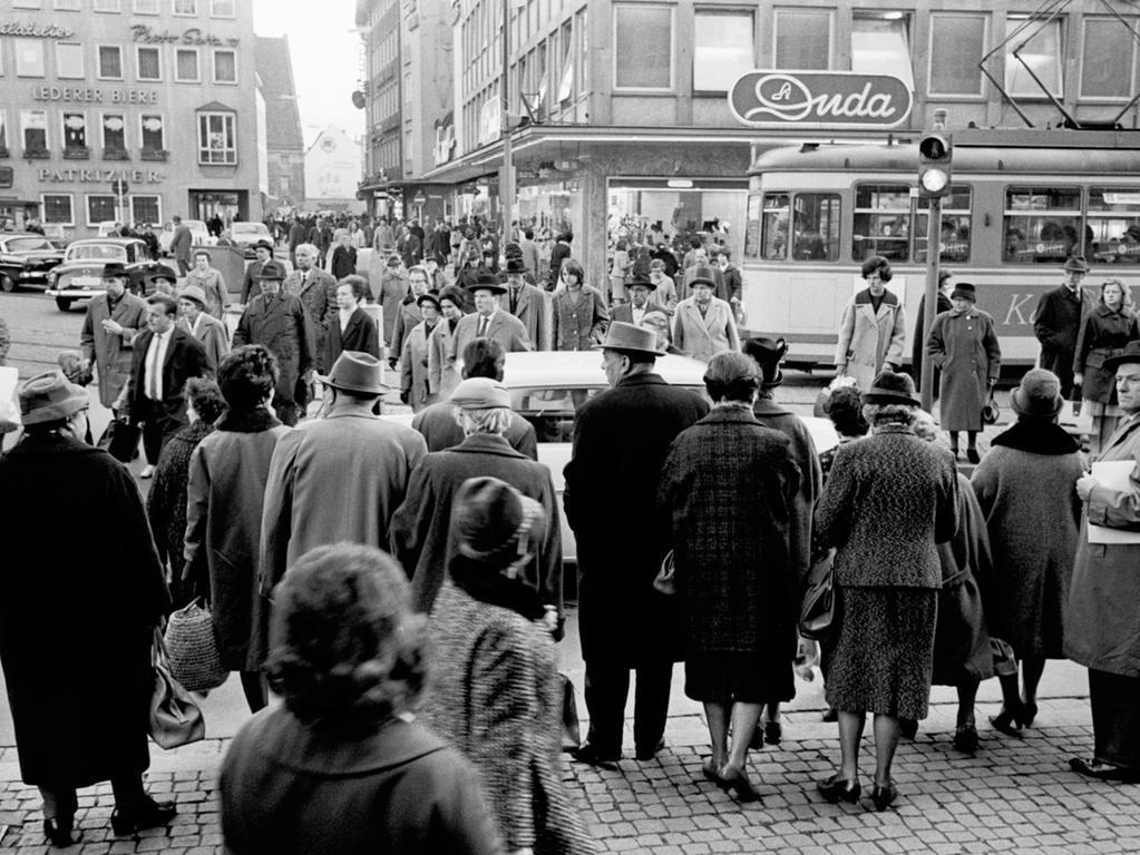 FOTO: NN / Gertrud Gerardi, veröff. NN 16.11.1963, 1960er; historisch. ..MOTIV:  Fußgänger im Verkehr am Duda-Eck, Königstraße, Lorenzer Altstadt...KONTEXT: