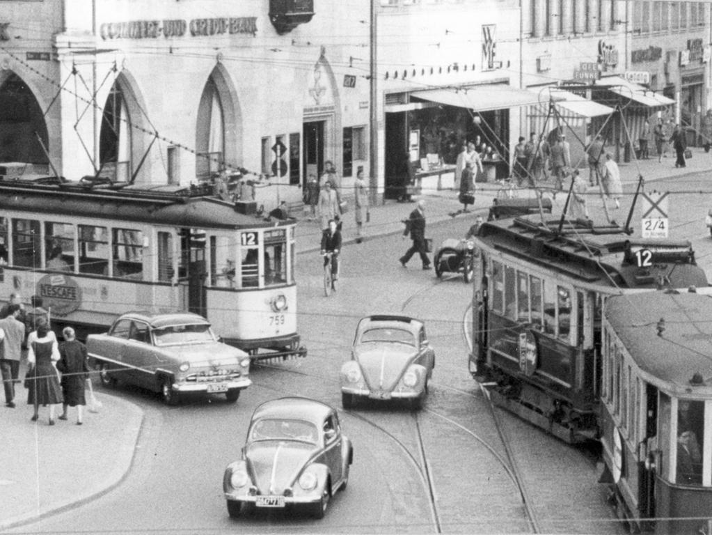 FOTO: Gerardi, Veröffentlicht in den NN 29.9.1956. MOTIV: Nürnberg; Geschichte;  historisch; Fünfziger Jahre; Verkehr; Straßenbahn in der Altstadt; Innenstadt.