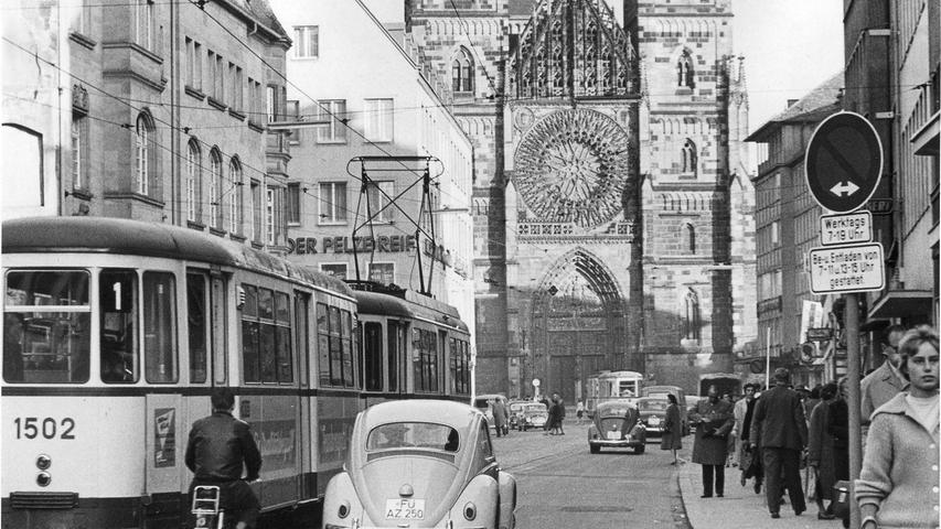 Auch Ende der 1950er Jahre floss der Verkehr durch das Geschäftszentrum in der Karolinenstraße reibungslos dahin.