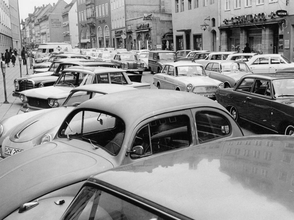 FOTO: NN / Gertrud Gerardi, historisch; 1960er; veröff. NN 02.11.1966..MOTIV:  Verkehr an Allerheiligen, Fahrzeuge aus dem katholischen Umland strömen nach  Nürnberg. Parkende Autos, PKW in der Innenstadt.....KONTEXT: