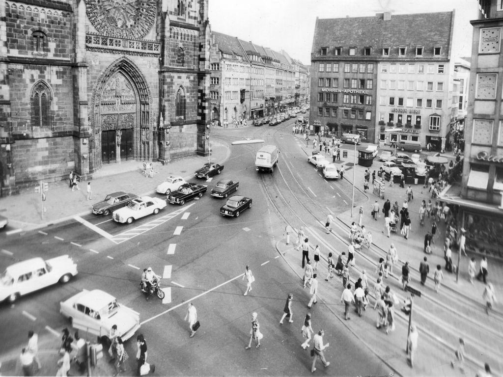 Lorenzer Platz mit Königstraße Foto: Volker Ranke / Nürnberger Nachrichten NN  vom 22.7.1972..Verkehr auf dem Platz vor der Lorenzkirche; Straßenbahn -  Schienen