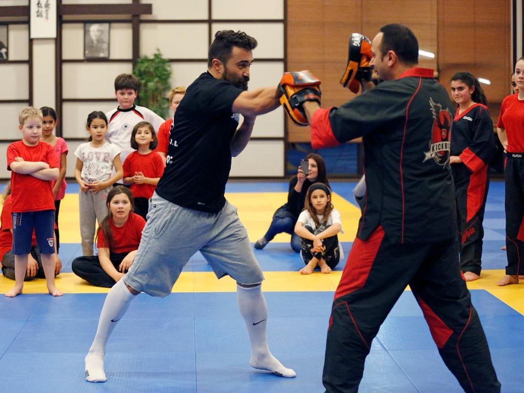Der gebürtige Parsberger Ünsal Arik ist Box-Welt- und Europameister. Beim ASV Neumarkt hat er den Kickboxern eine Kostprobe gegeben, wie sein tägliches Training aussieht.