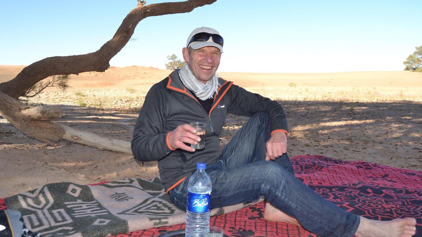Reist immer schon gern und viel — auch auf weniger ausgetretenen Pfaden: Der scheidende Leiter des Bildungscampus, Wolfgang Eckart, hier vor knapp zwei Jahren bei einer Rast in der Sahara.