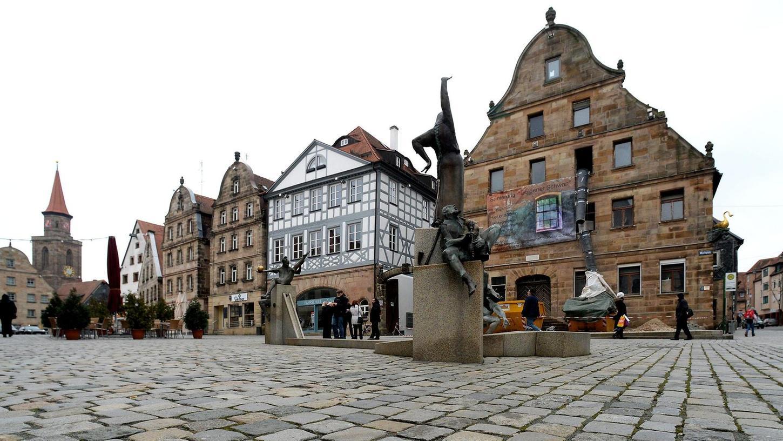 """Zum Schmuckstück im Ensemble des Grünen Markts soll das lange verwaiste Gebäude des """"Goldenen Schwans"""" (oben rechts) wieder werden."""