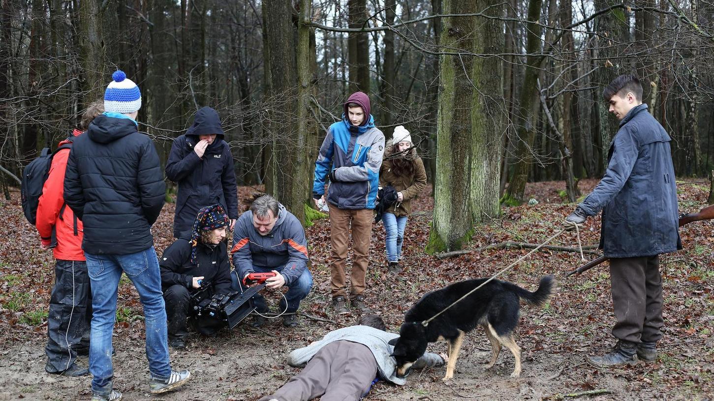 Gespannt schaut Regisseur Kari Hennig auf den kleinen Bildschirm, der direkt mit der Kamera von Kamerafrau Anja Funk verbunden ist und die gerade gedrehte Szene zeigt.