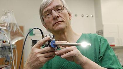 Der Urologe Christian Bornhof zeigt das chirurgische Instrument, mit dem heute die überwiegende Zahl der Blasentumore entfernt werden kann – schonend für den Patienten.