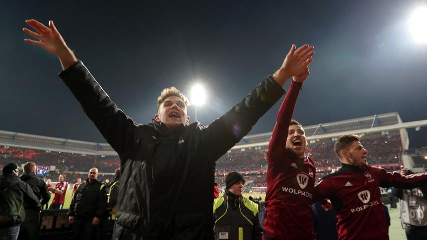 Zum Genießen: Die Nürnberger Jubel-Arie nach dem Derbysieg