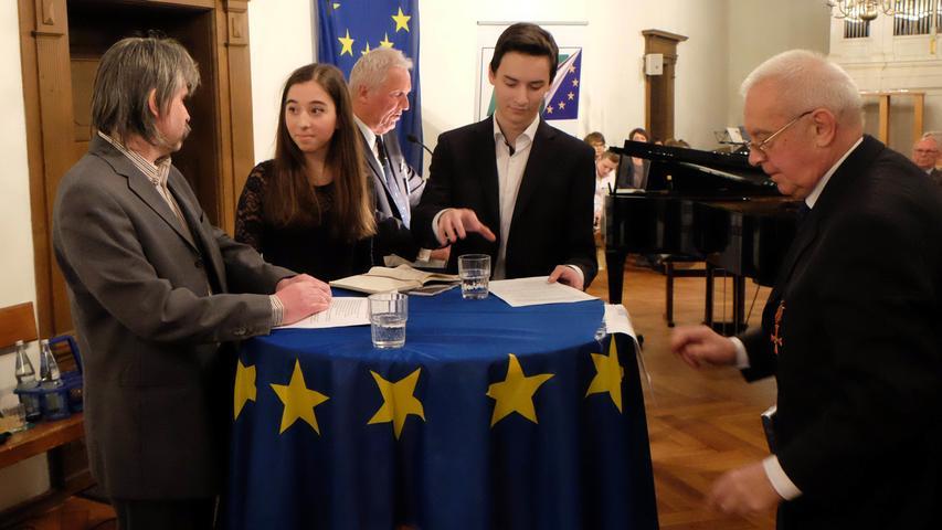 Am Ende der Feier am Freitag fanden Ehrungen statt, darunter auch die Gründungsmitglieder Albrecht Frister, Oskar Pongratz und Dr. Helmut Ritzer. Bei einem Stehempfang mit Imbiss wurde noch fleißig weiter diskutiert.