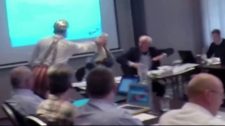 Ein YouTube-Video von dem Torten-Angriff kursiert seit Sonntagnachmittag im Internet.