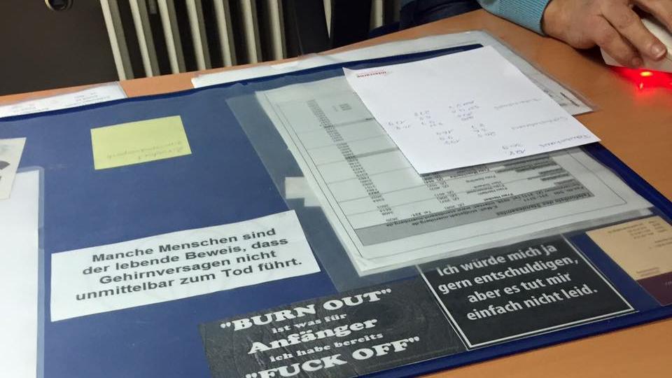 Seltsamer Humor: Diese markigen Sprüche standen auf der Schreibtischauflage einer Standesamts-Mitarbeiterin.