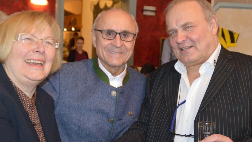 Der Pegnitzer Altbürgermeister Manfred Thümmler und seine Frau Sonja gratulierten Walter Wagner.