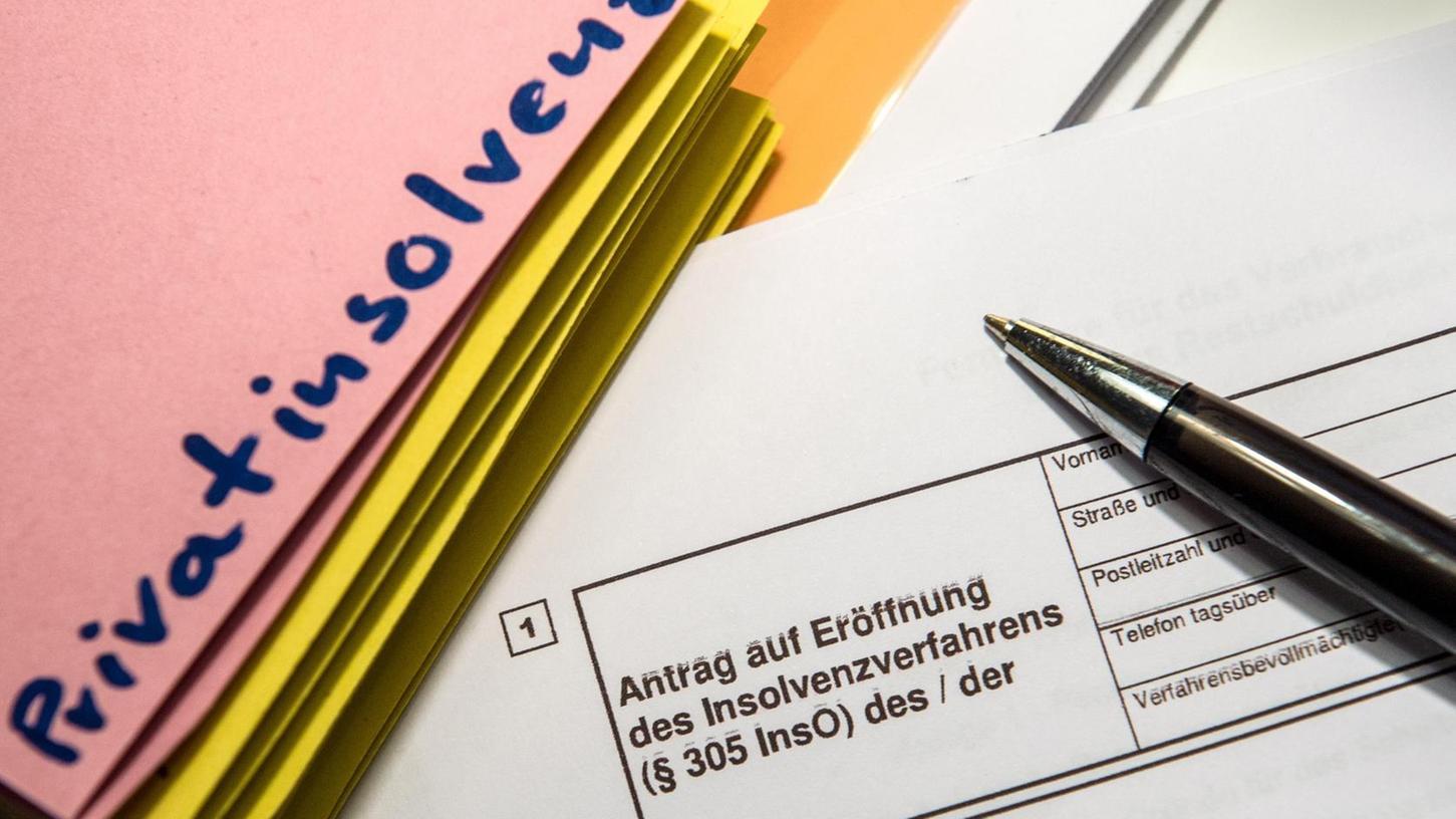 Oftmals letzter Rettungsanker für hoffnungslos überschuldete Verbraucher: der Antrag auf Privatinsolvenz, mit der die Schuldenlast geordnet abgebaut werden soll.