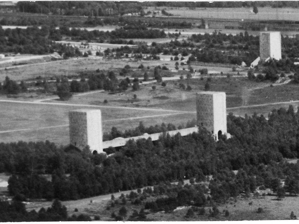 Die elf steinernen Giganten im Märzfeld-Gelände, deren Abbruch so große Sorgen bereitete. Neun von ihnen waren fertig und 34 Meter hoch. 100.000 Kubikmeter Masse steckte in den Türmen und den Wällen zwischen ihnen.