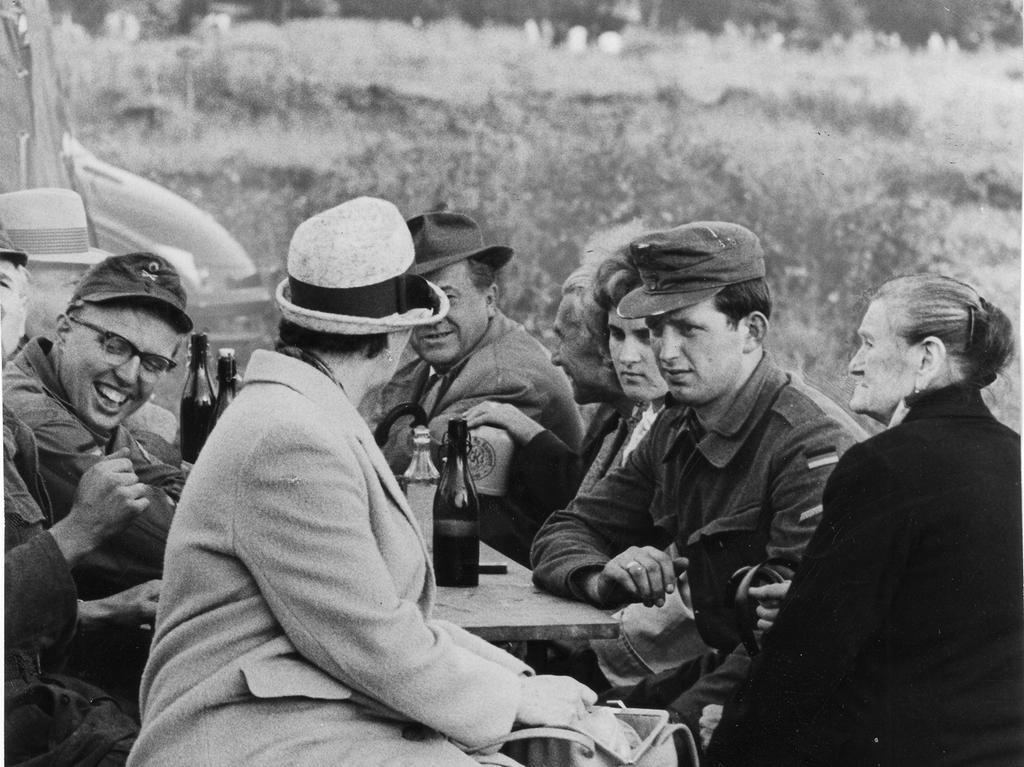 Das Soldatenlager als Familientreffpunkt: Viele Mütter kamen, um zu sehen, wie es ihren Söhnen ergeht. Nachdem die Angehörigen die