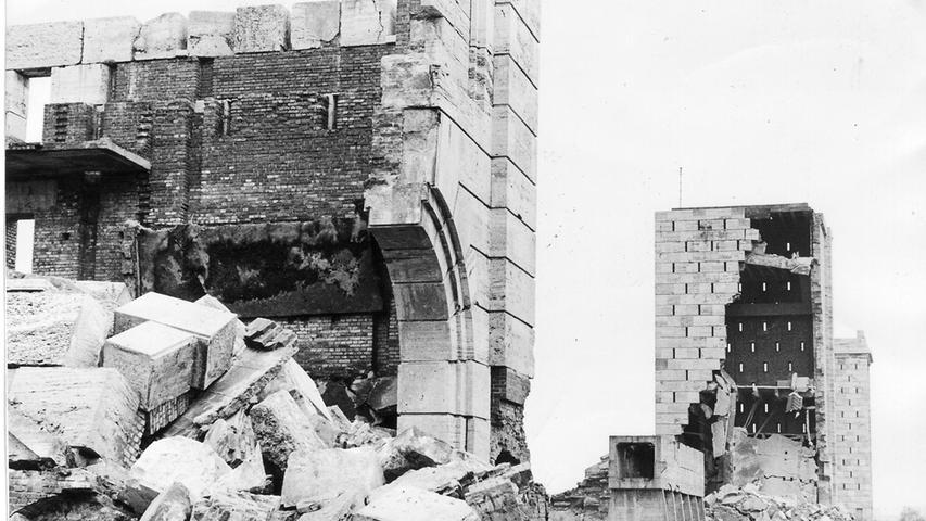 Nur ein Stumpen - gemessen an der Größe der übrigen Türme - war am Nachmittag schon so zusammengefallen, wie es sich die Pioniere der Bundeswehr gewünscht hatten. Dahinter aber stand noch einer von vier Kolossen, die sich beim ersten Versuch nicht in die Luft jagen ließen.
